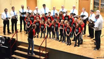 Der Männerchor Laupersdorf zusammen mit dem Kinderchor beim Lied «Über den Wolken» von Reinhard Mey.