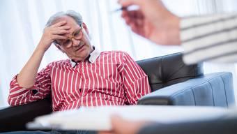 Wer zu einem selbstständigen Psychologischen Therapeuten geht, muss nach bisherigem System entweder eine Zusatzversicherung haben – oder die Behandlung aus eigener Tasche zahlen.