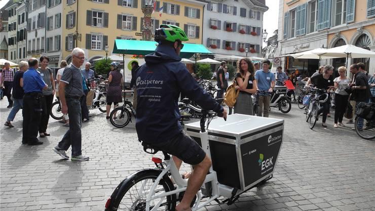 Mit diesen Cargo-Bikes transportieren die Mitarbeitenden von «Collectors» die Einkäufe der Kunden nach Hause.