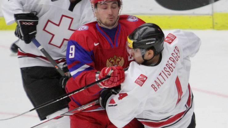 Russlands Anton Slepyshev stoppt Phil Baltisberger.