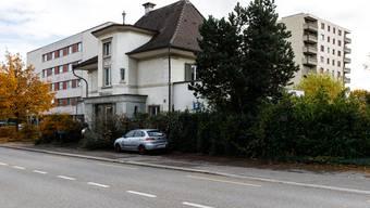 Das Haus an der Hauptstrasse 28 hat zwar einen speziellen Stil, steht aber im Kontext zu den Nachbargebäuden in einem Missverhältnis. Es soll durch einen Neubau ersetzt werden.
