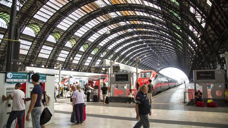 Die Ankunftshalle des Bahnhofs in Milano.