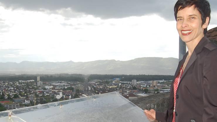 Schöne Aussichten: Freunde-Präsidentin Irene Cueni bei einer dersanierungsbedürftigen Panorama-Tafeln auf Schloss Lenzburg. HH.