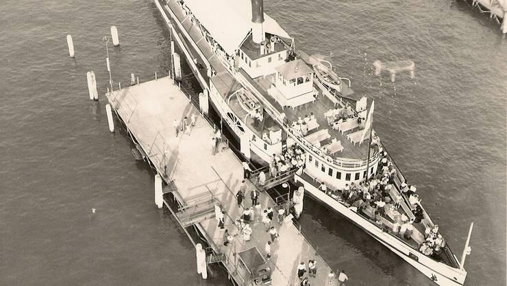 1952 fand in Luzern die Weltausstellung der Fotografie statt. Dadurch ergaben sich aussergewöhnliche Aufnahmen. Das Dampfschiff Gotthard ist eben bei der Landungsbrücke 5 eingetroffen.