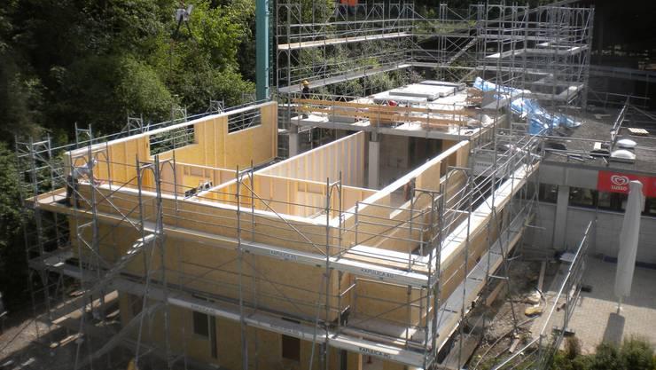 Das Gebäude wird um einen Stock erhöht und modernisiert.