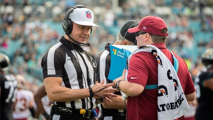 Ein NFL-Schiedsrichter sieht sich eine Szene im Videobeweis auf einem portablen Bildschirm noch einmal an – Fehler sind trotzdem nicht ausgeschlossen.Keystone