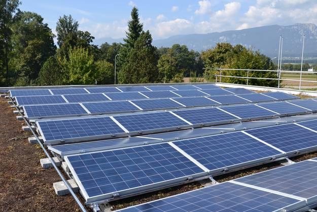 Auf dem Schulhausdach entsteht eine Solaranlage, mit über 790 Panels