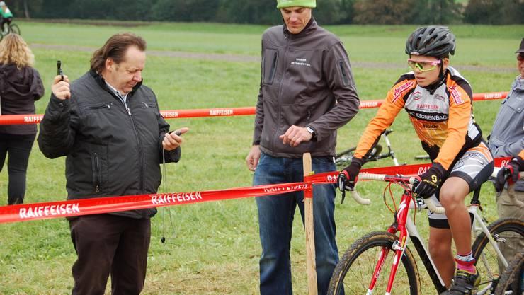 Am Quer von Mettmenstetten gab der zweifache Tour de Suisse Sieger Beat Breu jeweils den Startschuss. Andreas Fuhrer (rechts) und eine grosse Helferschar sorgten dafür, dass der Anlass ein Erfolg wurde und es im nächsten Herbst eine Zweitauflage gibt.