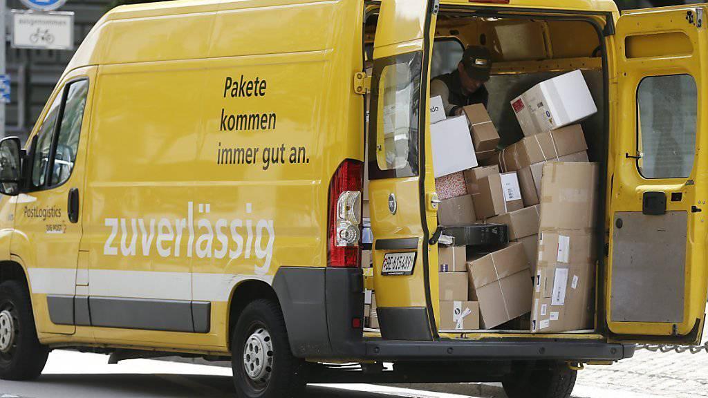 Die Schweizerische Post hat im Jahr 2015 über 115 Millionen Pakete ausgeliefert. Das sind so viele wie nie zuvor. (Symbolbild)