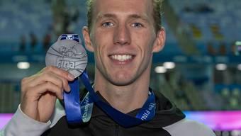 Jérémy Desplanches zeigt in Gwangju die über 200 m Lagen gewonnene Silbermedaille
