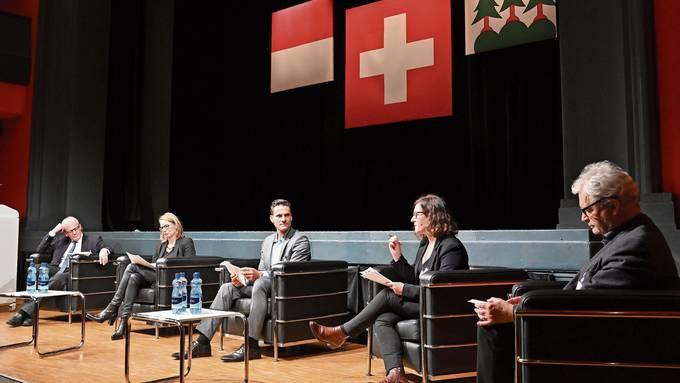 Kurt Fluri (FDP), Politphilosophin Katja Gentinetta, Franziska Roth (SP) und Felix Wettstein (Grüne) (v.l.) zeigten sich bei der gestrigen Debatte rund um die Konzernverantwortungsinitiative unter Leitung von Tele-M1-Moderator Adrian Remund (Mitte) in Streitlaune.
