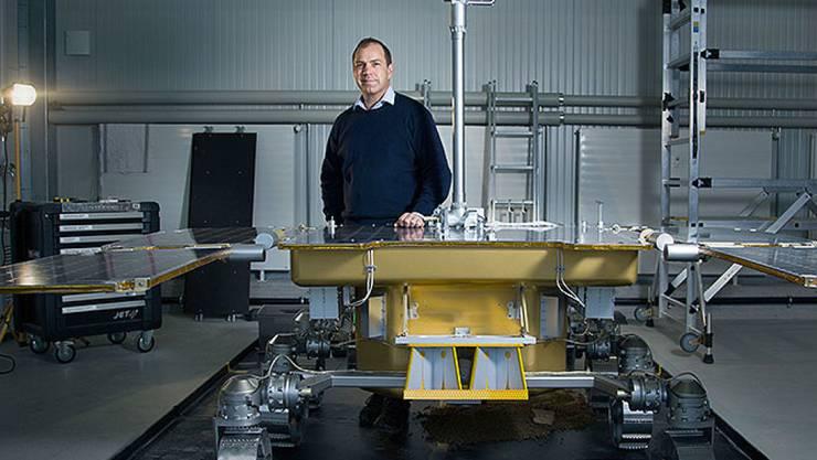 Professor Nikolaus Kuhn testet mit seinem Team eine Kamera, die für den Mars-Rover der ExoMars-Mission entwickelt wurde. 2020 soll der Rover auf den roten Planeten geschickt werden.