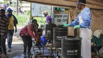 Hygienemassnahmen sollen gegen die Verbreitung von Ebola helfen. (Archivbild)