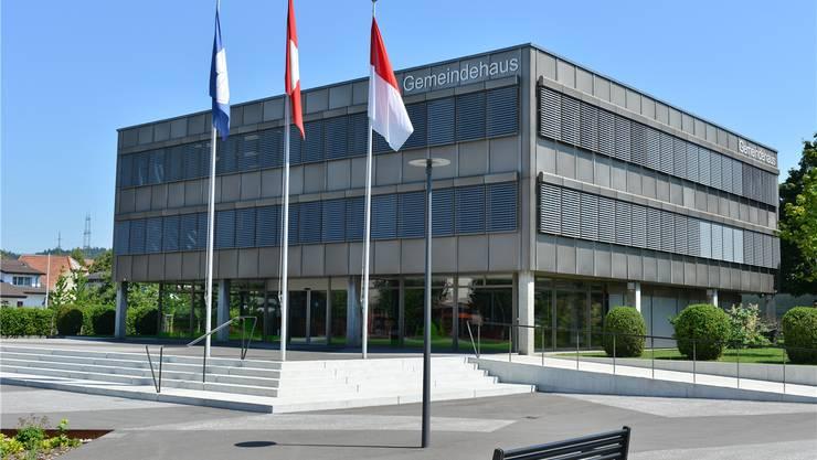 Däniker Fahne und Solothurner Fahne vor dem Gemeindehaus: In Sachen Finanzausgleich liegt die Gemeinde aber zurzeit mit dem Kanton im Streit. Bruno Kissling