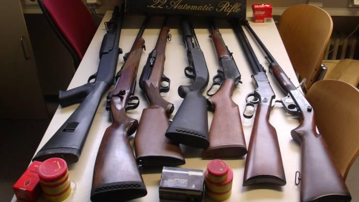 Neben den Schusswaffen konnten die Kontrolleure des Landratsamts über tausend Schuss sicherstellen, darunter auch in Deutschland verbotene Munition.