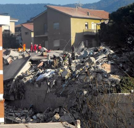Feuerwehrkräfte suchen nach Bewohner des zerstörten Studentenheims.
