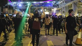 Demonstranten an der U-Bahn-Station Yuen Long, wo es schon einmal zu gewaltsamen Zusammenstössen gekommen ist.