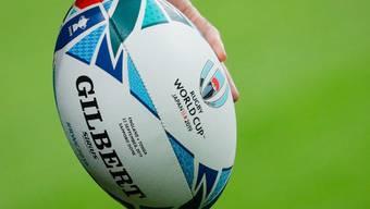Ball - Rugby wird mit einem elliptischen Ball gespielt, der rund 30 cm lang ist, einen Umfang von 58 bis 62 cm hat und 410 bis 460 Gramm wiegt. Er ist ein wenig grösser als der im American Football verwendete Ball.