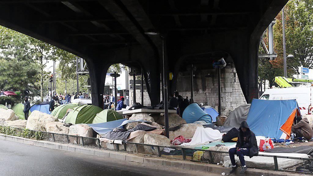 Provisorisches Lager unter eine Brücke in Paris. Bei der Unterbringung von Flüchtlingen gibt es in Frankreich grosse Schwierigkeiten.