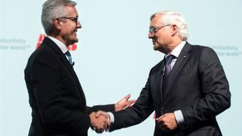 Zusammen vier Jahre an der Spitze: Spiesshofer (links) gratulierte Voser im April 2015 zur Wahl als ABB-Präsident.