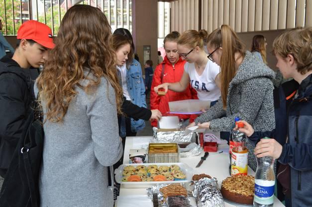 Der Kuchenverkauf der Schüler der Neuen Kantonsschule Aarau