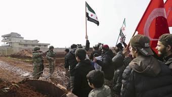 Menschen aus Syrien treffen türkische Soldaten bei einer ihren Basen in der Provinz Idlib.