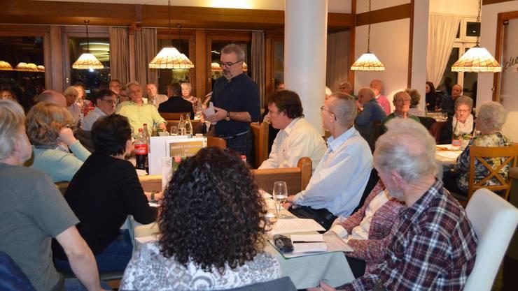 Am Montagabend fand in Hausen der Infoabend zur Poststelle im Dorf statt. Roger Widmer vom lokalen Gewerbe und vom Kernkomitee«Pro Post Hausen» führte durch den Abend im mit 110 Personen vollbesetzten Max & Moritz.
