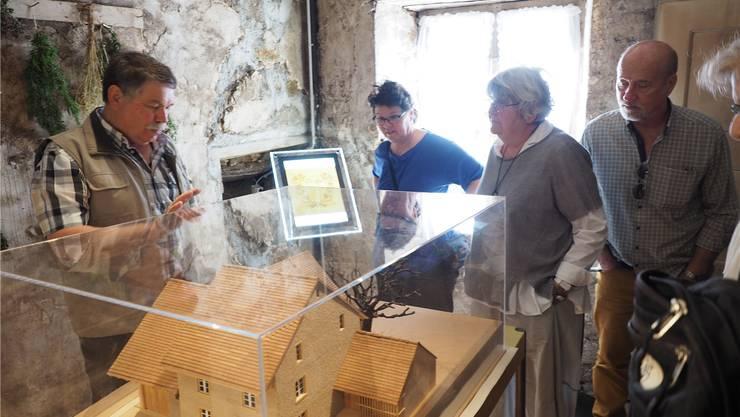 Roger Bretscher führte Besucher durch die Räume des neuen Dorfmuseums.