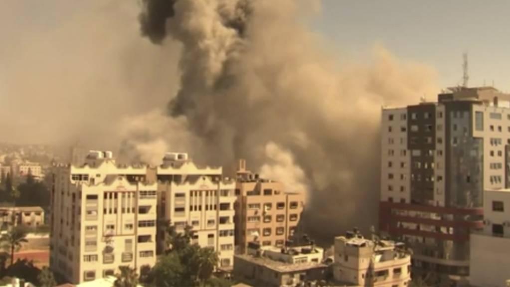 Ein Gebäude, in dem verschiedene internationale Medien untergebracht sind, darunter auch die Associated Press, stürzt nach einem israelischen Luftangriff ein. Berichten zufolge wurden die Bewohner zuvor aufgefordert, das Gebäude zu verlassen.