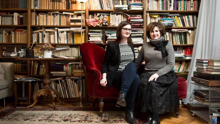 Nicht nur die Liebe für Bücher hat Sophie Rüesch von ihrer Mutter Katharina Kerr geerbt.