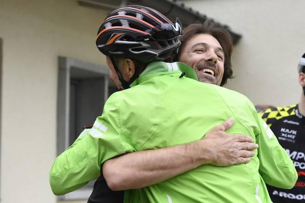 Fabian Cancellara (rechts) begruesst einen Teilnehmer sehr herzlich.