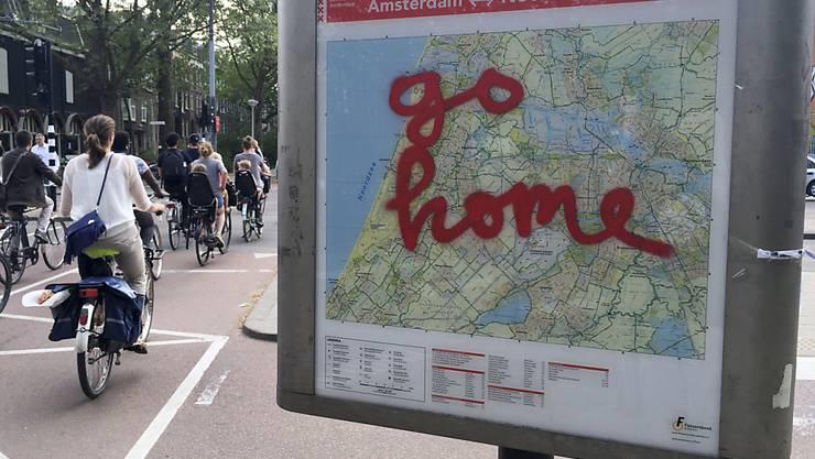 """Touristen sind in Amsterdam nicht immer beliebt. Die Stadt sucht nun nach einem """"neuen Gleichgewicht"""" zwischen Tourismus und Stadtbevölkerung. Archiv)"""