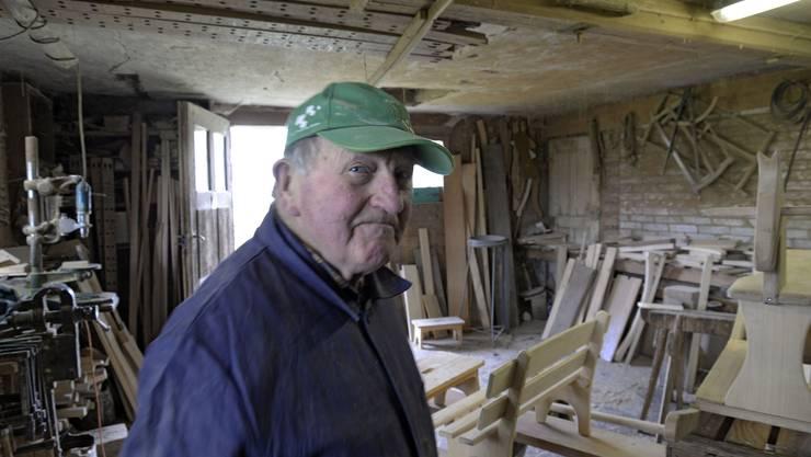 Walter Gerber in seiner Werkstatt. Als die Wagnerei nicht mehr gefragt war, stellte Walter Gerber auf Schreinerarbeiten um, wie der Bank im Hintergrund zeigt.