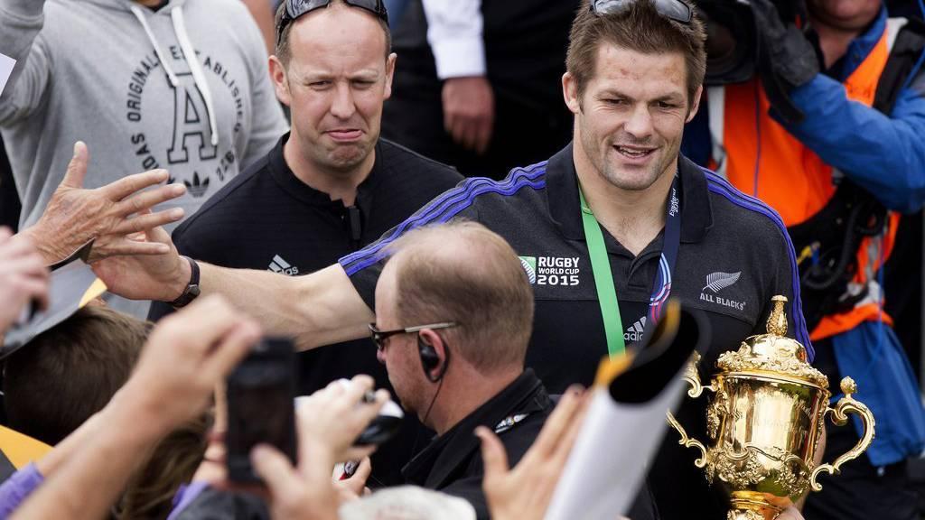 """Der Captain der """"All Blacks"""", Richie McCaw, begrüsst Fans bei einer """"Welcome back""""-Zeremonie. (Jason Oxenham/NZ Herald via AP)"""