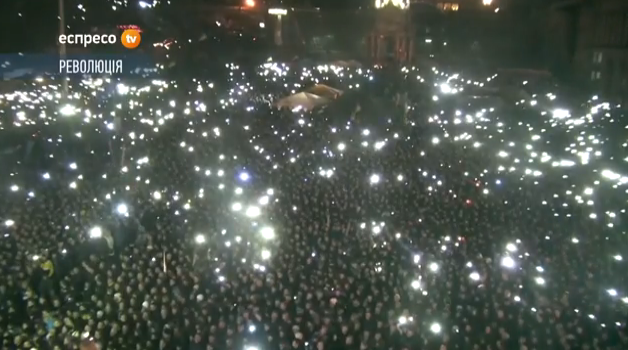 Die Menge auf dem Unabhängigkeitsplatz in Kiew wartet auf Julia Timoschenko