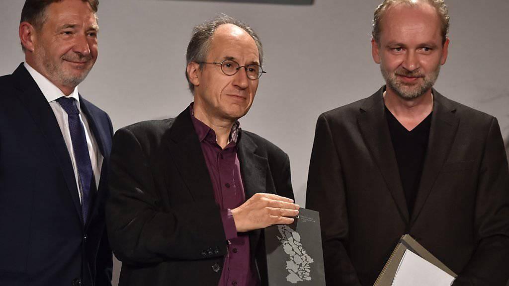Charlie-Hebdo-Chefredaktor Gérard Biard (M.) mit Laudator Ferdinand von Schirach (r.) und dem Potsdamer Bürgermeister Jann Jakobs.