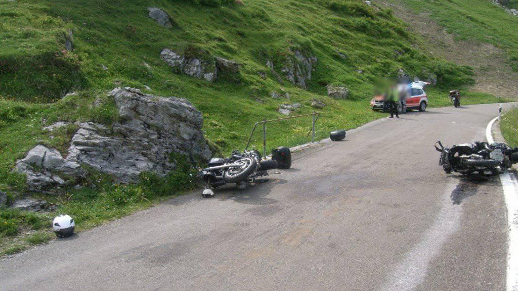 Zwei Motorräder haben sich am Klausenpass gestreift und kamen zu Fall.