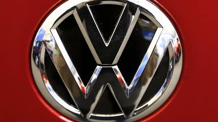Der Volkswagen-Konzern hat sich mit klagenden Fahrzeugbesitzern und der US-Umweltbehörde EPA auf eine Lösung im Streit um angebliche Falschangaben zum Benzinverbrauch von Autos geeinigt. (Archivbild)