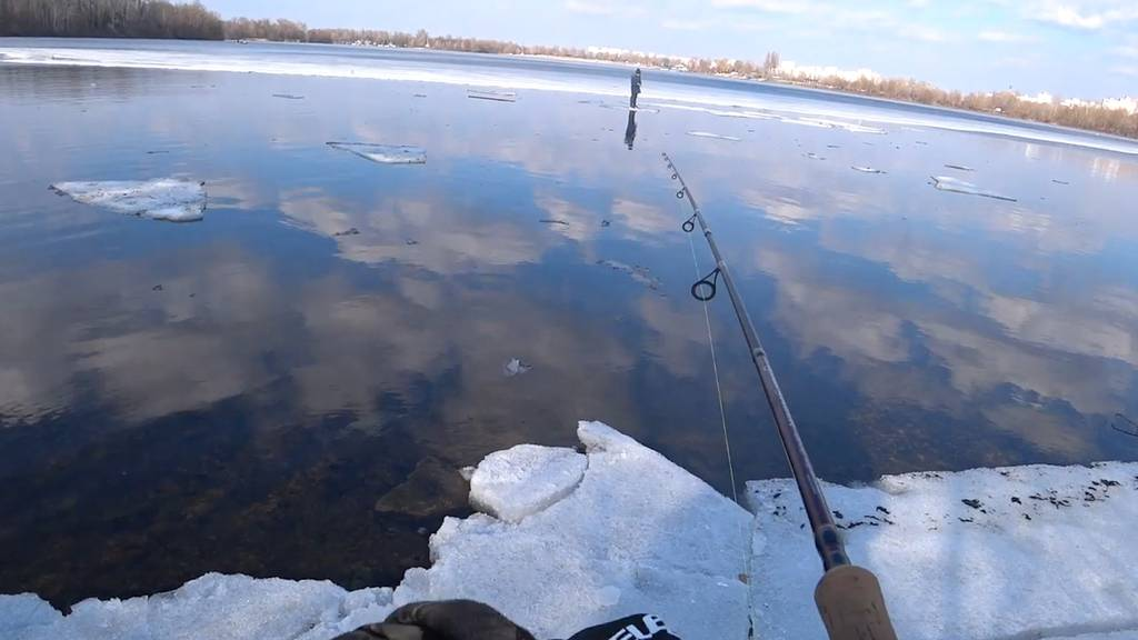 Junge treibt auf einer Eisscholle mitten im Fluss - dann wird er spektakulär gerettet