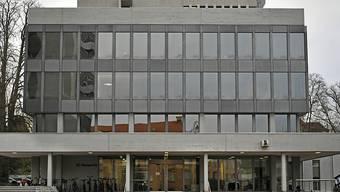 Vor dem Aargauer Obergericht in Aarau fand am Donnerstagmorgen der Berufungsprozess zum Vierfachmord von Rupperswil statt. Das Urteil wird um die Mittagsszeit eröffnet. Dabei geht es darum, ob der Täter lebenslang oder nur ordentlich verwahrt werden soll.