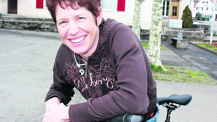 Wieder in heimischen Gefilden: Mountainbikerin Esther Süss aus Küttigen mit ihrem ständigen Begleiter – dem Fahrrad.  Foto: cfr
