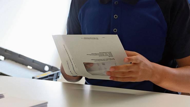 Jeder Handgriff beim Einpacken der Abstimmungsunterlagen in der Stiftung Solvita ist einstudiert.