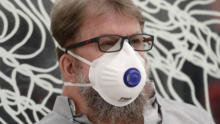 Schlechte Luft wegen des Rauchs von den Buschfeuern in der Region: Ein Pendler in der australischen Hauptstadt Canberra trägt eine Atemmaske.