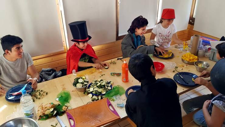 Kinder unter sich beim Kochen: Die Asylbewerber hatten beim Besuch der Pfadi Oensingen viel Spass.