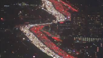 Da ist man froh, wenn man nur Zuschauer ist: Hier kommt der Verkehr auf dem in jede Richtung sechsspurigen Freeway fast zum Stehen.