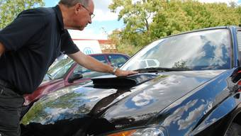 Fahrzeugexperte Felice Senn schätzt den Schaden am Subaru.  nbo