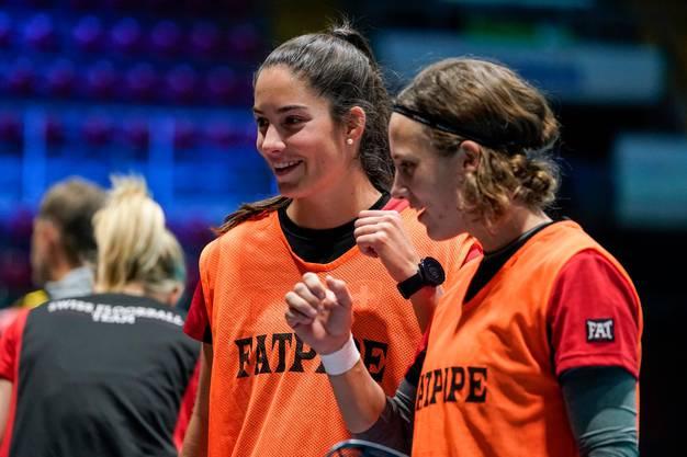 Freut sich auf die heute beginnende Heim-WM: Flurina Marti (links)