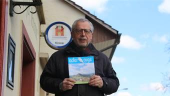 Ist stolz, das «Adlerauge 2017» in seinen Händen zu halten: Helmut Steffen, Leiter der Arbeitsgruppe der Dorfchronik.