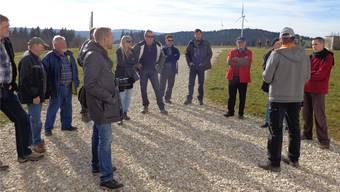 Ein Teil der Besucher aus Grenchen lauscht den Ausführungen von Pierre Berger, einem der Verantwortlichen auf dem Mont Crosin.
