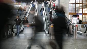 Während den Stosszeiten stehen sich die Reisenden auf den Füssen herum. Die SBB will den Kundenfluss verbessern.